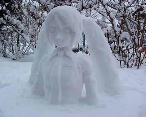 Снеговик в виде героини японского аниме.