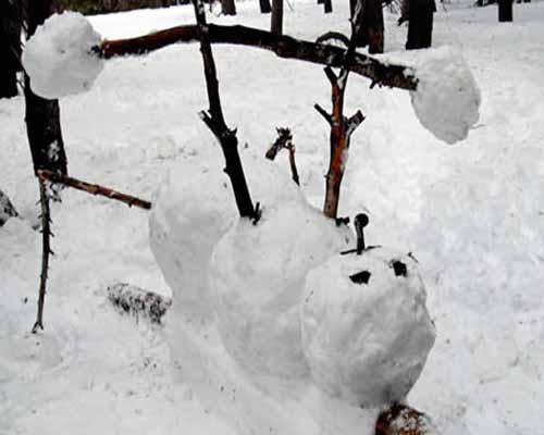 Снежный бодибилдер упражняется со штангой