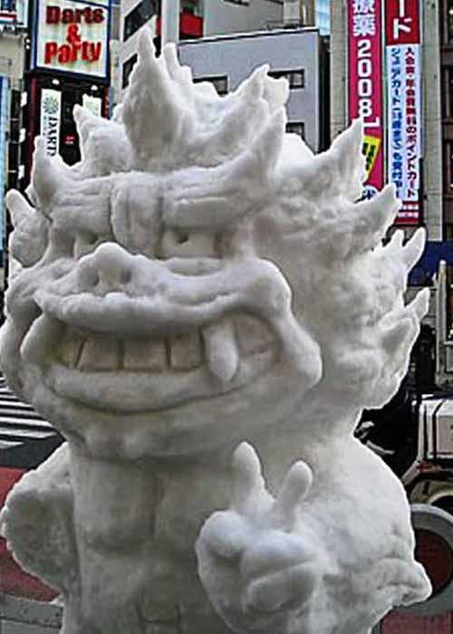 Shiisaa( Шииса), мифическое создание из Китая выглядит устрашающе несмотря на дружелюбный жест.