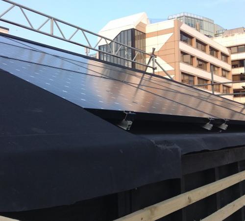 строительные работы над крышей из отходов