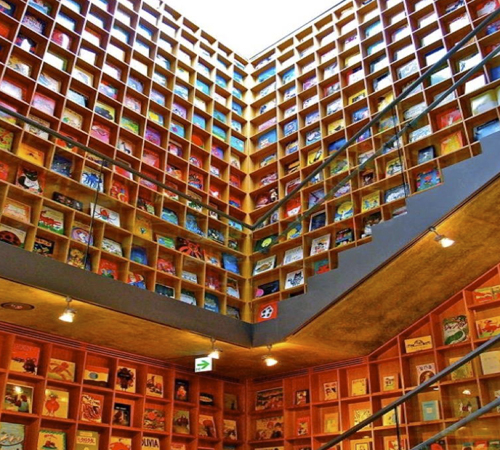 Coolest-Libraries-Picture-Book-Shelves