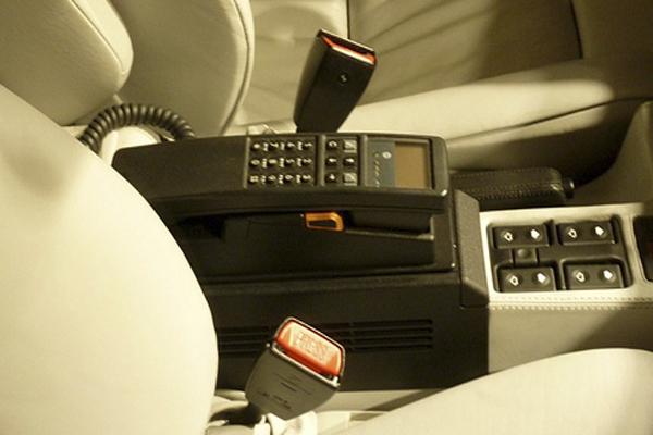 мобильный телефон в автомобиле