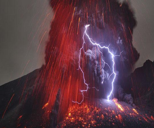 Вулканическая молния на острове Кюсю