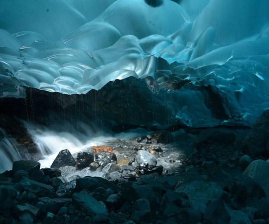 Ледяные пещеры в Аляске