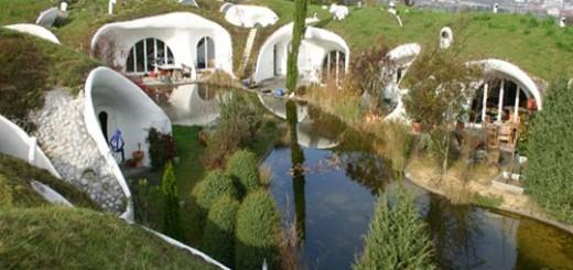 дома землянки с небольшим прудом во дворе