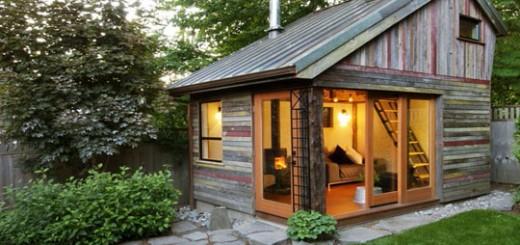 Дом на заднем дворе, из досок повторного использования.