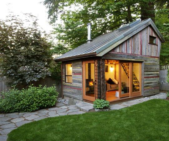 Дом на заднем дворе, из досок повторного использования