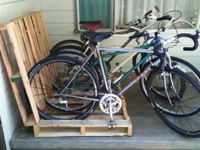 креативная велосипедная парковка из поддонов