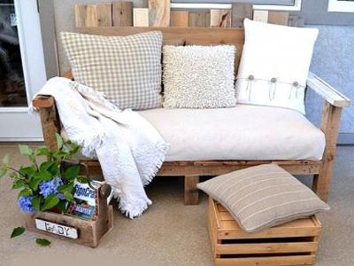 удобное кресло из деревянных палетов