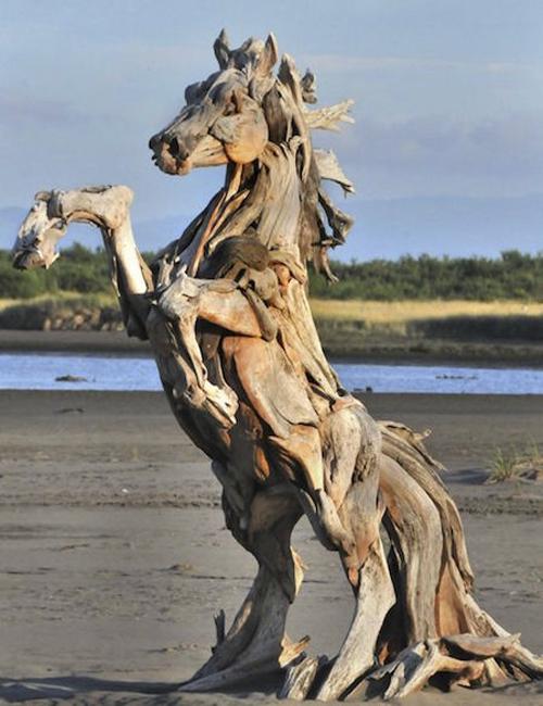 конь из деревянной коряги