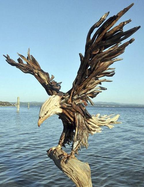 орел из деревянных коряг