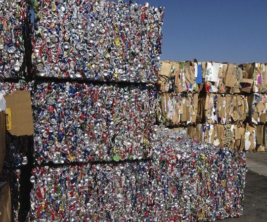 Фасовка мусора перед отправкой в другую страну