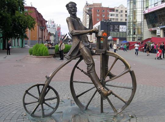 памятник изобретателю велосипеда Артамонову Ефиму