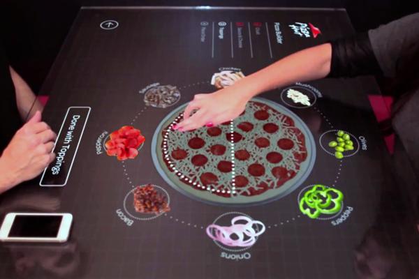 сенсорный стол в пиццерии Pizza Hut
