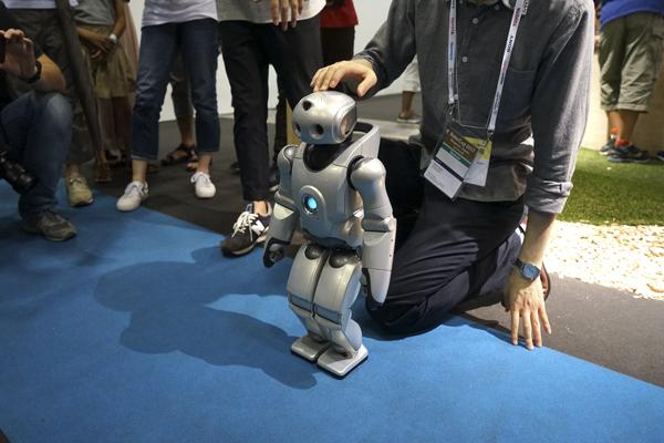робот помощник QRIO