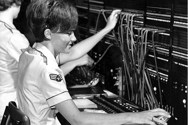 исчезнувшая профессия - оператор телефонной линии