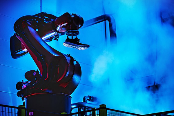 Наступают на пятки: роботы шьют кроссовки Adidas