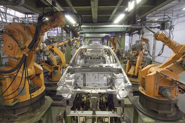 промышленные роботы на заводе