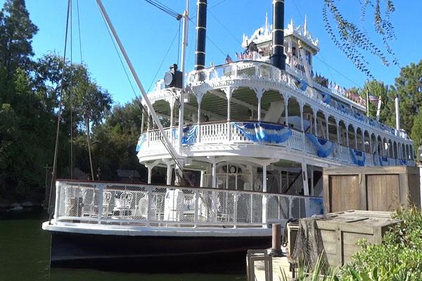 Корабль в парке развлечений Диснейленд в Америке