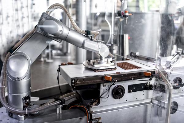 инженер мехатроник создает роботов