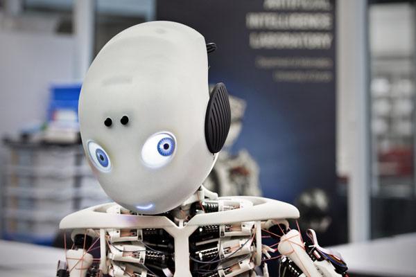 Робот Roboy в повседневной жизни человека