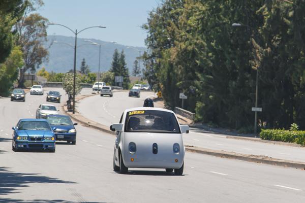 беспилотный автомобиль на дороге