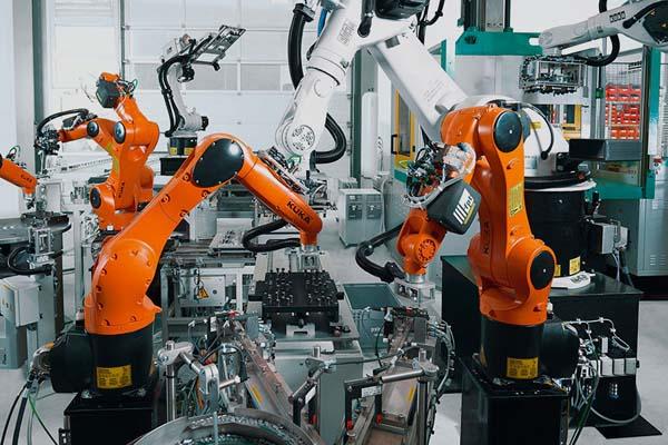 применение промышленных роботов Kuka