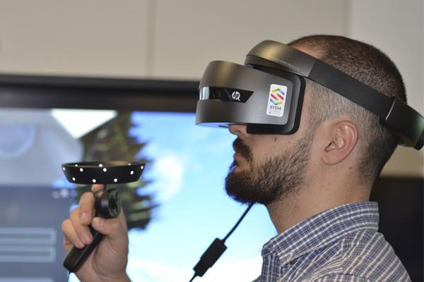 человек на выставке виртуальной реальности