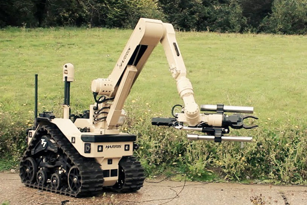 инженер робототехник управляет робот сапером Harris