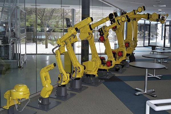 история создания промышленных роботов Fanuc