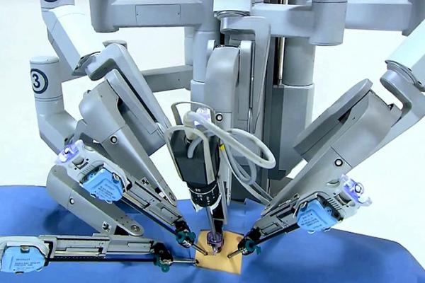 робот хирург Da Vinci
