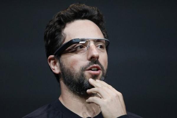 Сергей Бринь в очках Google Glass Enterprise Edition 2