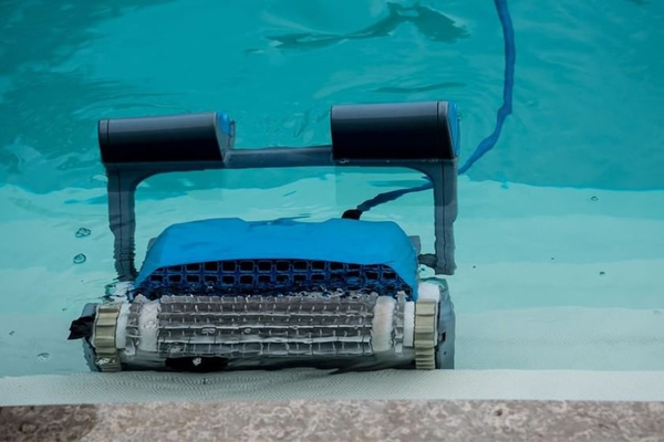 Dolphin Nautilus Plus - робот чистильщик бассейнов