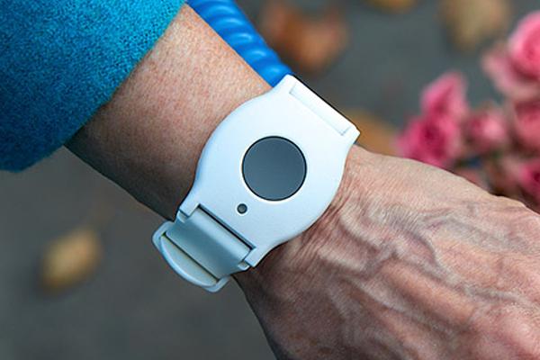 Умный браслет здоровья для пожилых людей